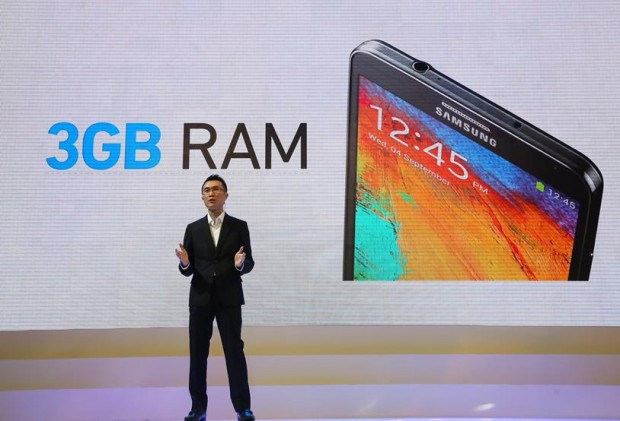 Bigger, faster, better – Luke Au, Product Manager, Mobile Division of Samsung Malaysia Electronics, showcasing the standout features of the Samsung GALAXY Note 3 such as its 3GB RAM, 5.7-inch Full HD Super AMOLED display and enhanced S Pen functionality.