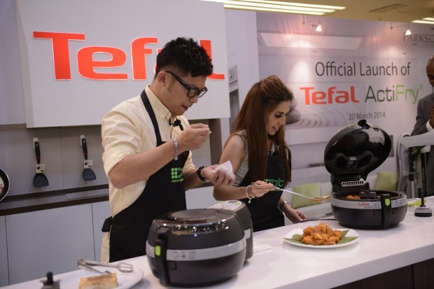 (L-R) Dino Goh & Chef Anis Nabilah tasting the food cooked by Tefals ActiFry